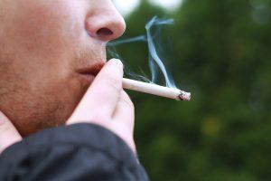 Raucher zieht an einer Zigarette