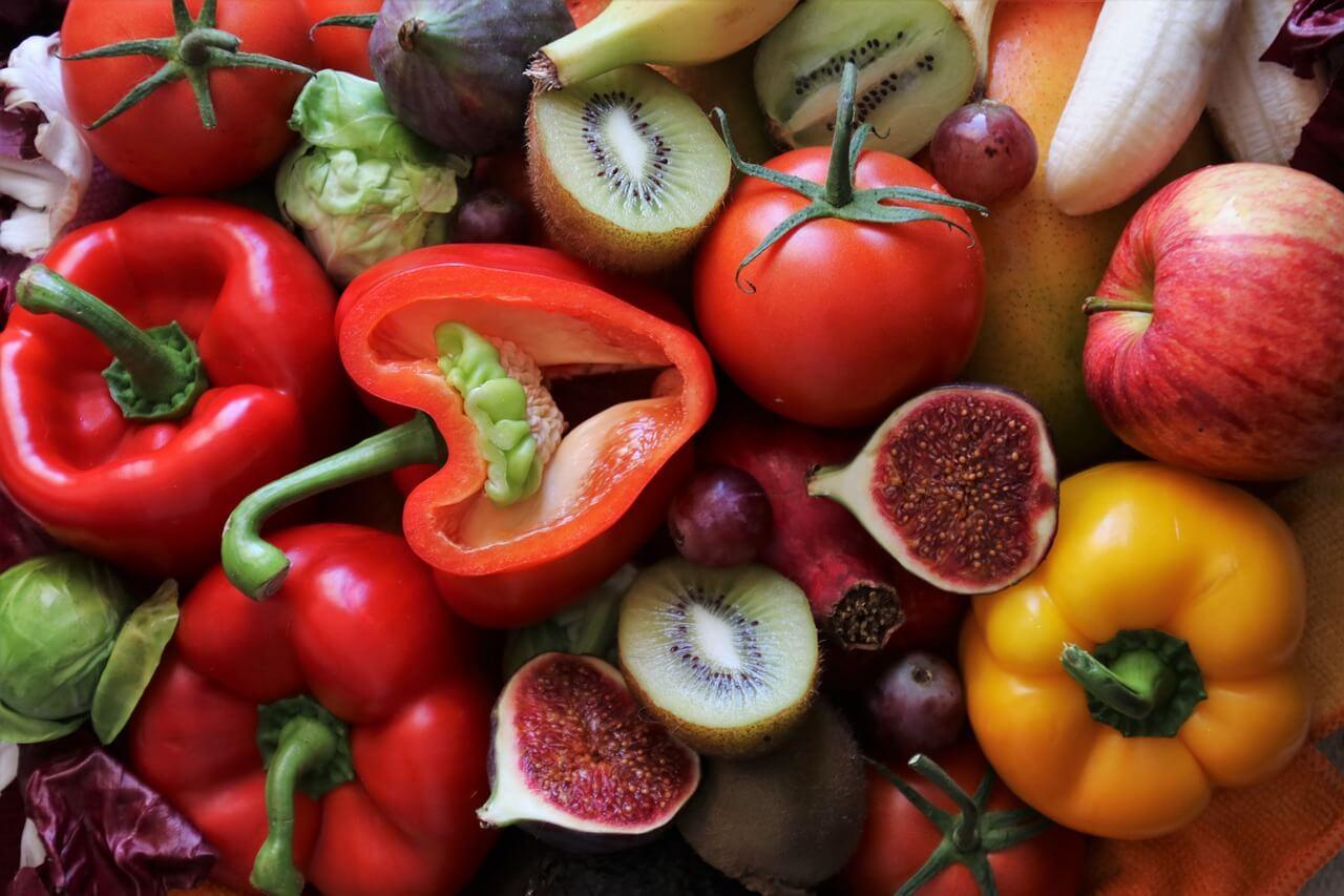 Vitamin C: Gemüse und Früchte wie Äpfel, Tomaten, Paprika, Kiwi und Orangen