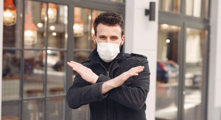 manm mit mundschutz maske